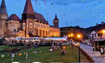 """Cer luminat de gulguțe și proiecții pe fațada Castelul Corvinilor, în """"Noaptea Muzeelor"""""""