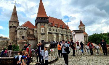 Record de vizitatori, în prima zi de vară, la Castelul Corvinilor. Târgul castelelor, o reușită