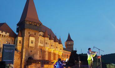 """Castelul Corvinilor, sub mirajul muzicii clasice. Trei seri de concerte, alături de celebra vioară Stradivarius """"The Queen"""""""