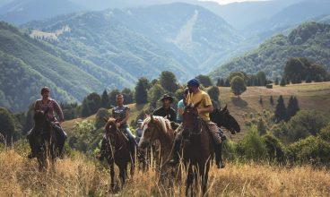 Călare, prin Șureanu. Un tânăr a dat avocatura pentru pasiunea sa, caii